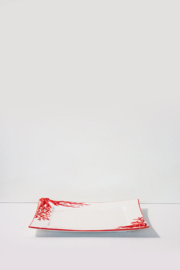 piatto in ceramica da tavola made in italy con decorazioni in corallo rosso