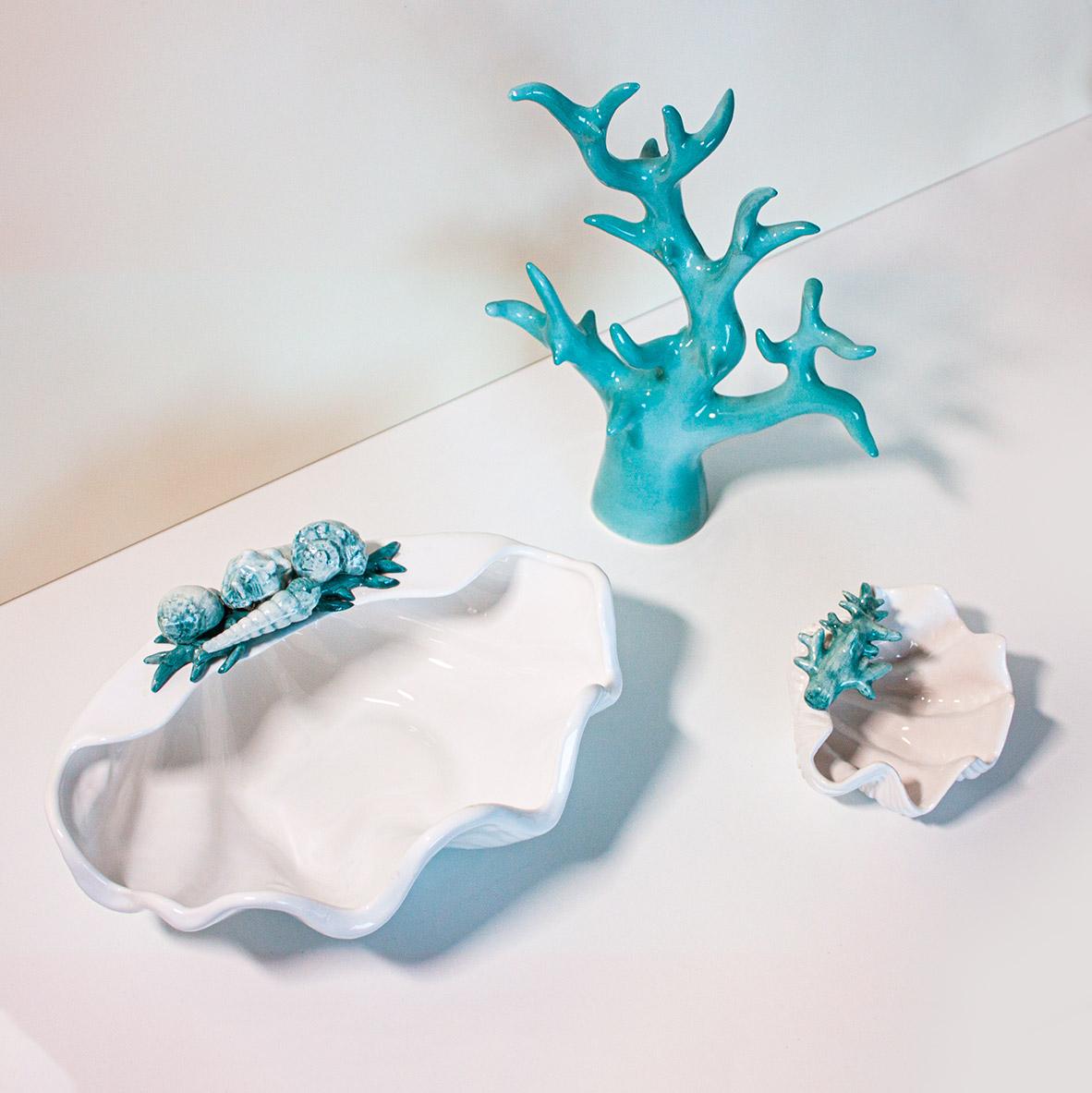 ceramica turchese con decorazioni a forma di corallo e conchiglie