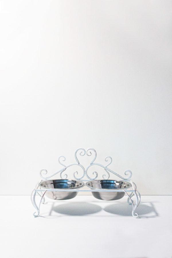 Doppia ciotola per cane e gatto. In acciaio inox con rialzo porta ciotole in ferro battuto color bianco stile shabby. Entrambe le ciotole sono removibili e lavabili.
