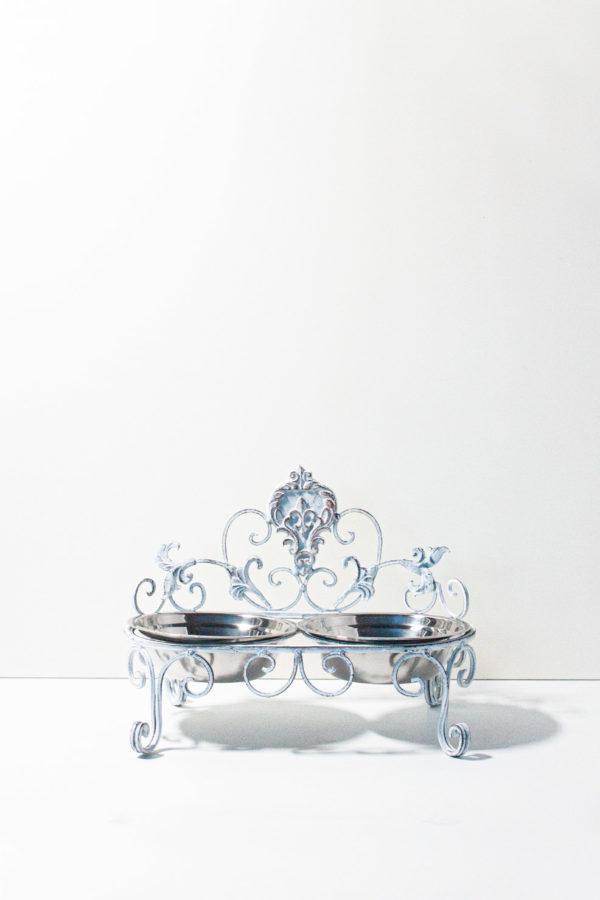 Doppia ciotola in acciaio inox con rialzo in ferro battuto color bianco antichizzato stile shabby. Entrambe le ciotole sono removibili e lavabili.