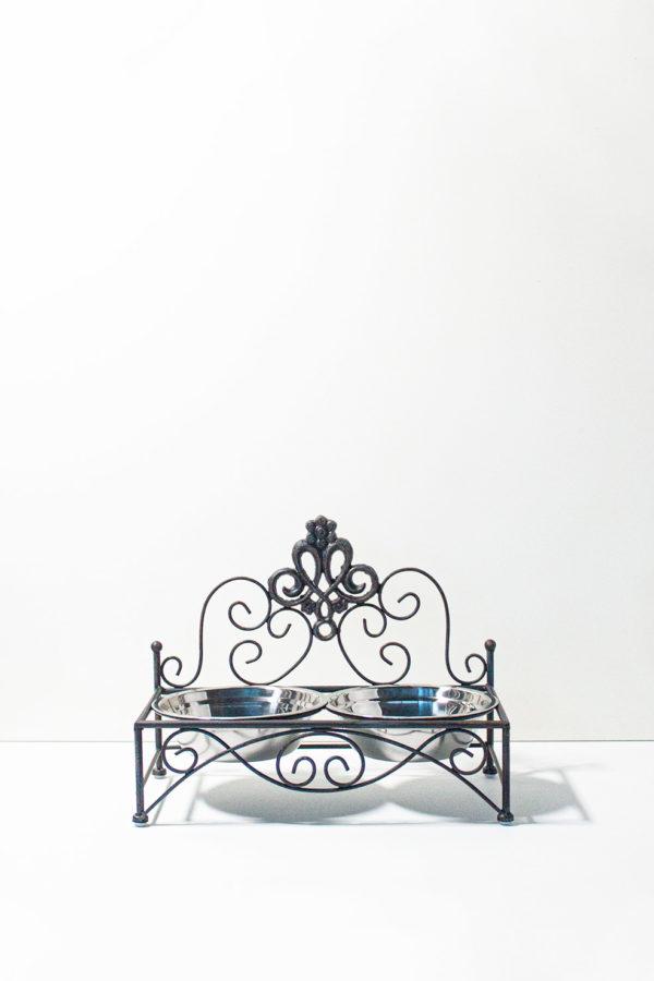 Doppia ciotola per cane e gatto. In acciaio inox con rialzo porta ciotole in ferro battuto color nero antichizzato stile shabby. Entrambe le ciotole sono removibili e lavabili.
