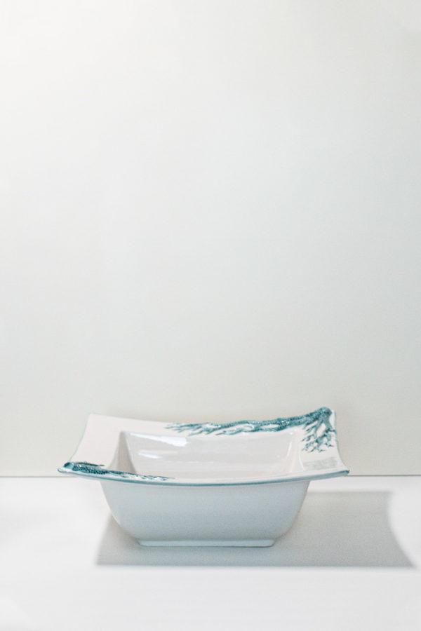 ciotola in ceramica di forma quadrata decorata con coralli turchesi