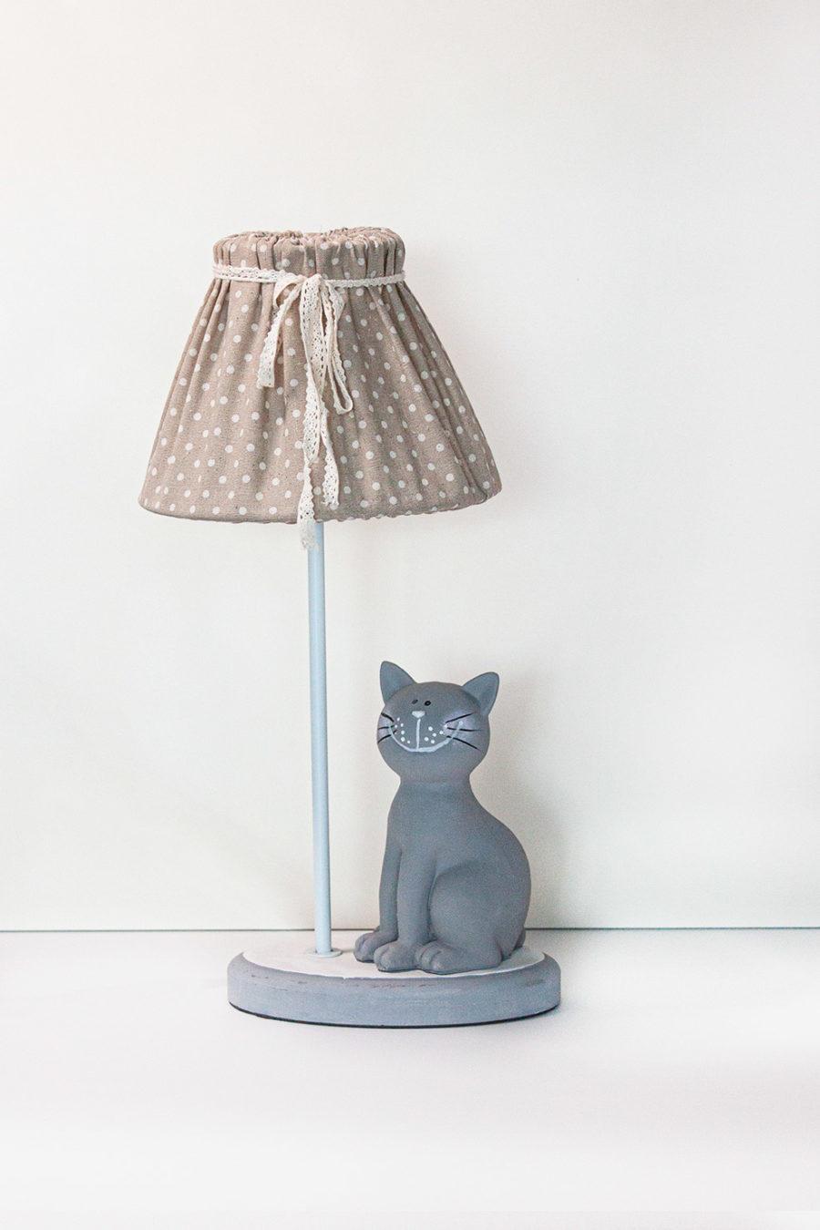 lampada da tavolo con gatto paralume in stoffa fiocco bianco colore beige per bambini stile shabby