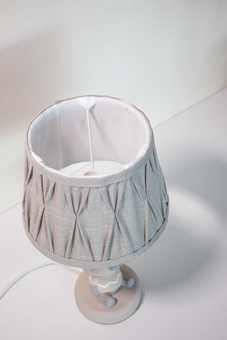 lampada da tavolo con orsetto paralume in stoffa fiocco bianco, colore beige in stile shabby