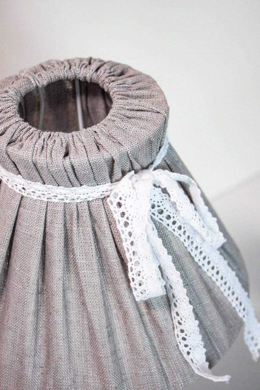 lampada-da-tavolo-conorsetto-paralume-in-stoffa-fiocco-bianco-colore-beige-stile-shabby_amb01