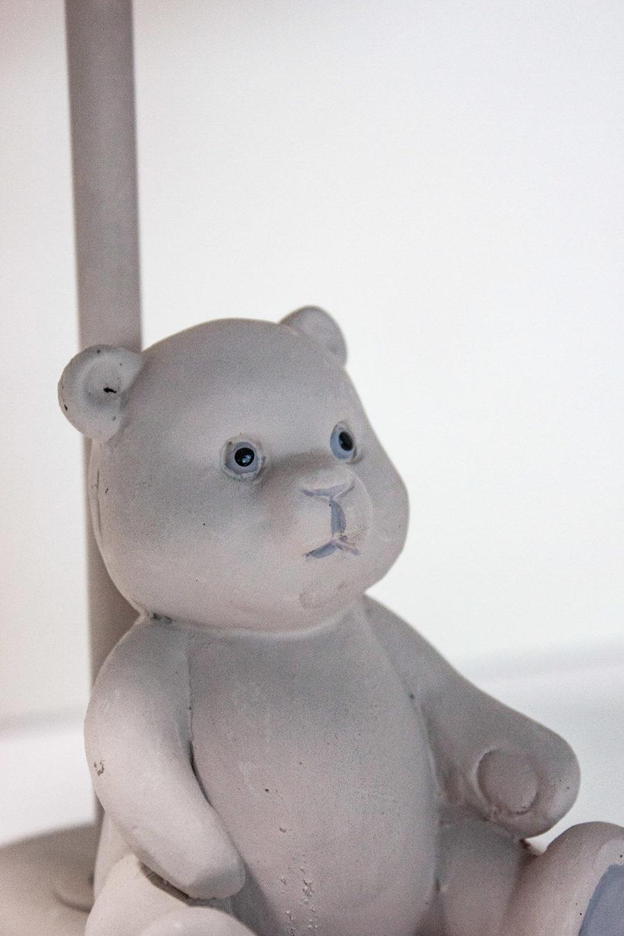 lampada-da-tavolo-conorsetto-paralume-in-stoffa-fiocco-bianco-colore-beige-stile-shabby_amb02