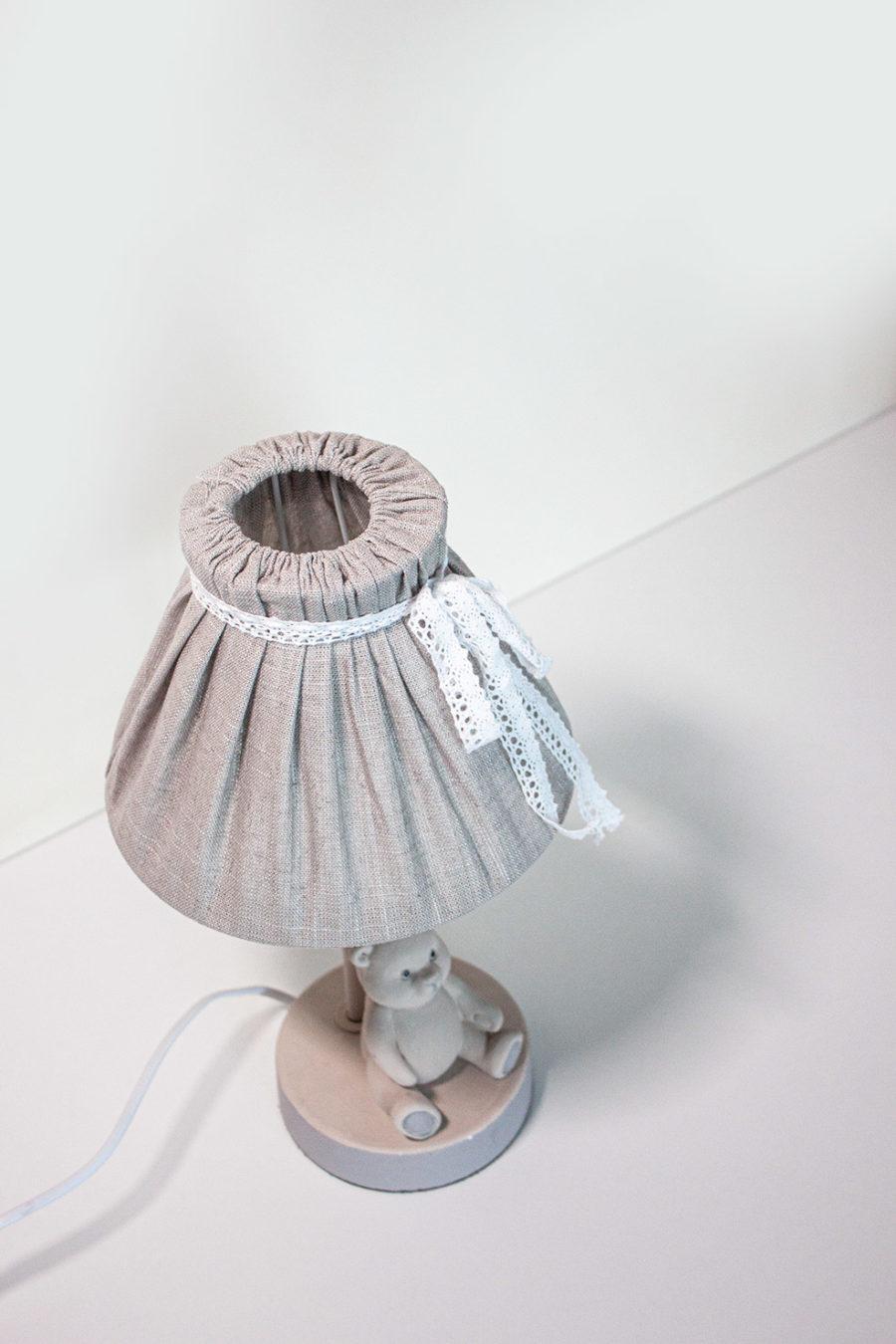 lampada-da-tavolo-conorsetto-paralume-in-stoffa-fiocco-bianco-colore-beige-stile-shabby_amb04
