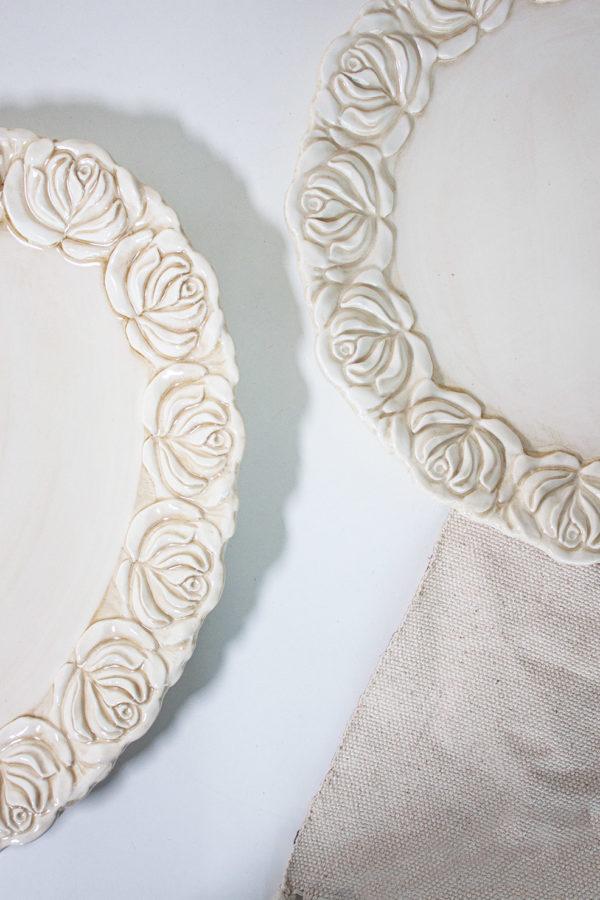 Piatto in ceramica stile country decorato finemente da una cornice di fiori colore beige