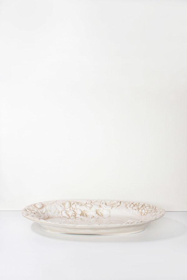 vassoio in ceramica realizzato a mano in stile country colore e verniciatura beige striato. Le decorazioni rappresenta fiori di campo