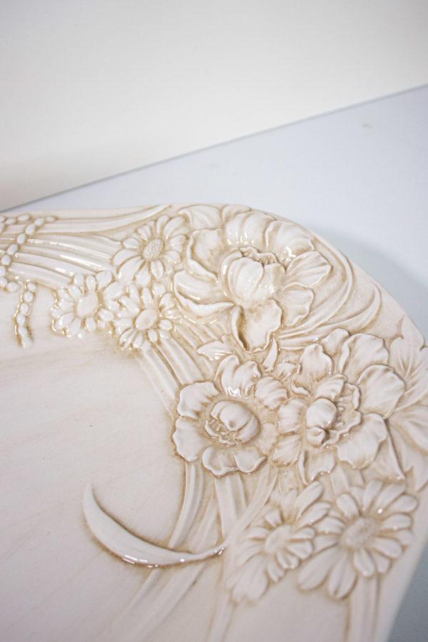 vassoio in ceramica beige di forma ovale decorato con calendule e papaveri