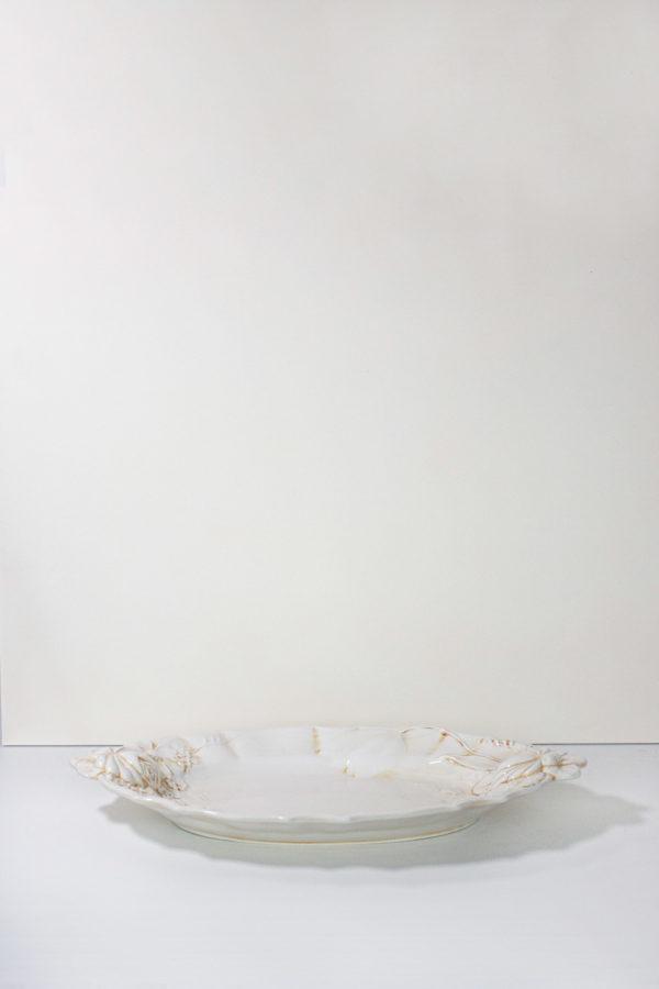 vassoio in ceramica beige di forma ovale decorato con fiori di campo
