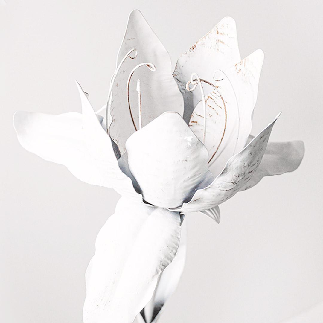 piantoni floreali in ferro bianco per decorare il giardino ed ambienti esterni