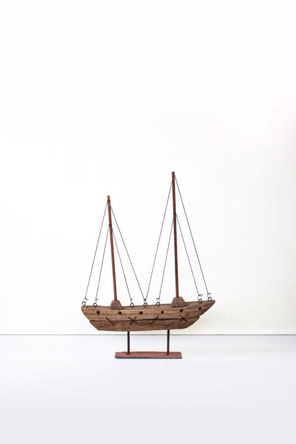 Il peschereccio e realizzato in legno, con particolari in ferro e corda. Il piedistalo è realizzato in legno e ferro arrugginito.