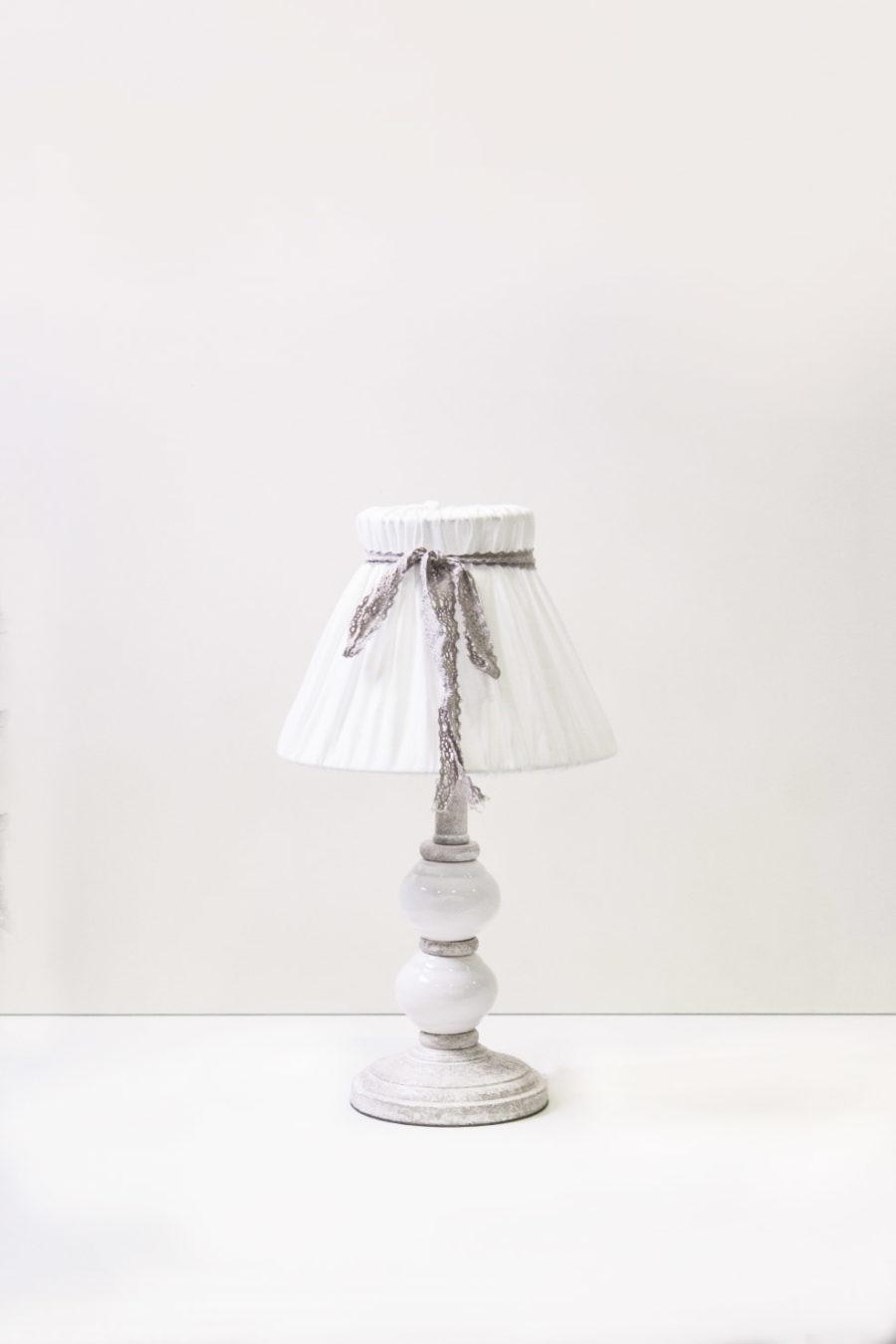 lampada-da-tavolo-con-base-in-legno-e-ceramica-bianca-paralume-tessuto-stile-shabby-chic-keyhomestore-8052286784091