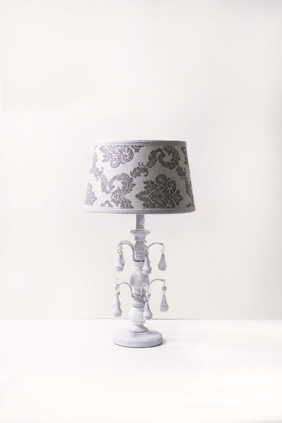 lampada-da-tavolo-con-paralume-damascato-stile-barocco-base-in-legno-con-pendagli-in-ceramica-keyhomestore-8052286784107