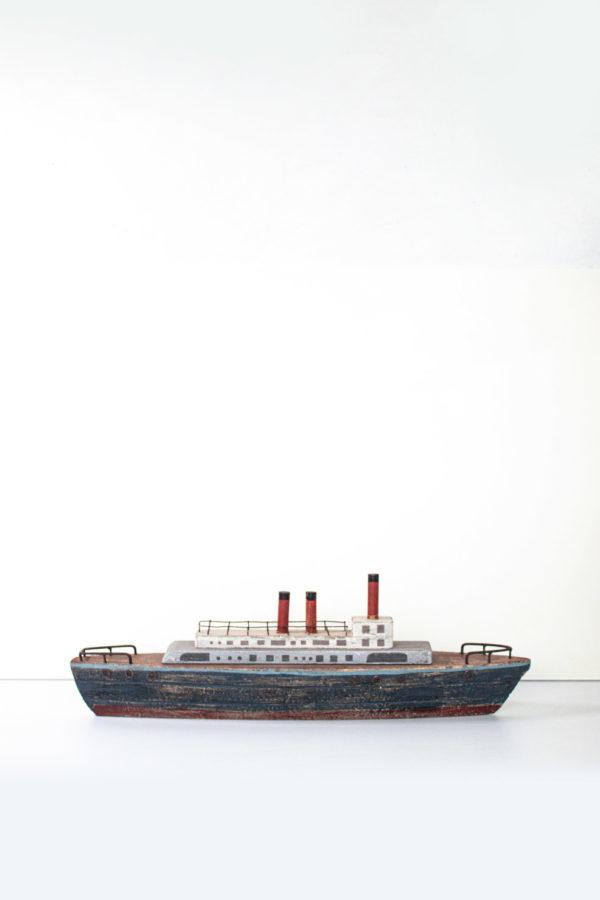 Questa riproduzine di un panfilo in legno, decorato con colori ad olio è perfetto per gli ambienti marine di una dolce casa al mare