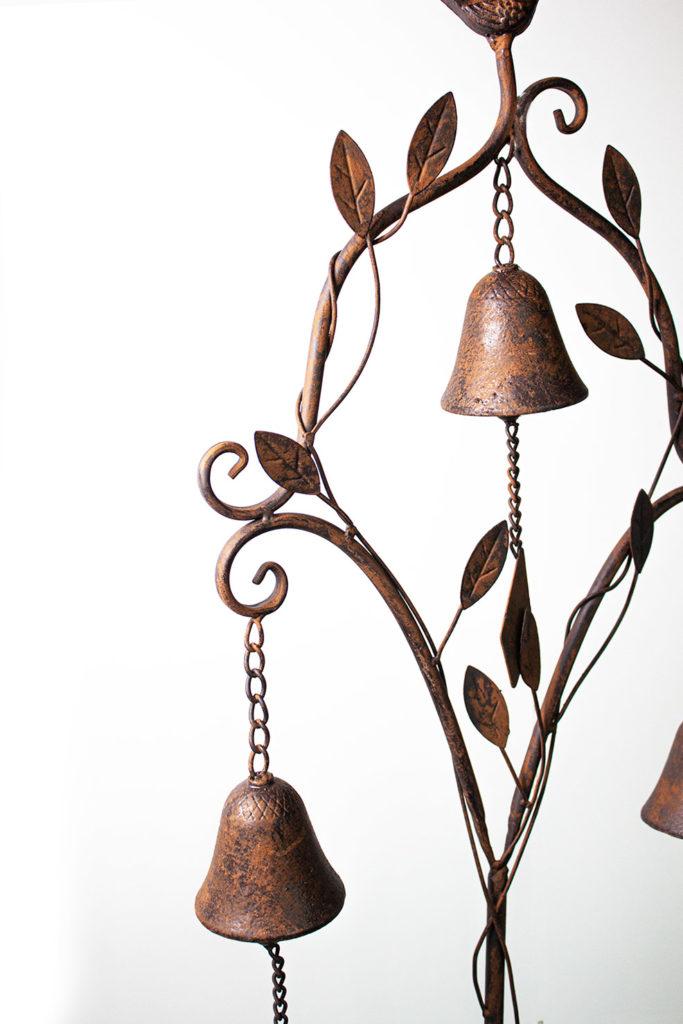 Piantone decorativo da giardino in metallo scuro effetto bronzo.