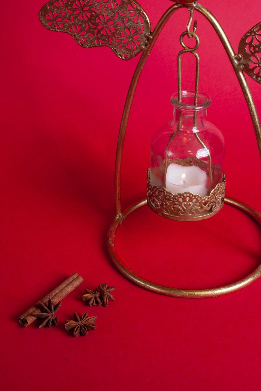 Angelo portacandela oro realizzato in ferro, ideale come decorazione natalizia e per creare un'atmosfera suggestive per i giorni più belli dell'anno.