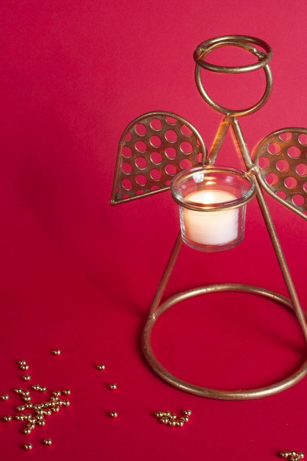 Angelo portacandela natalizie color oro realizzato in metallo. Le ali dell'angelo sono bucherllate per conferirgli un effetto moderno.