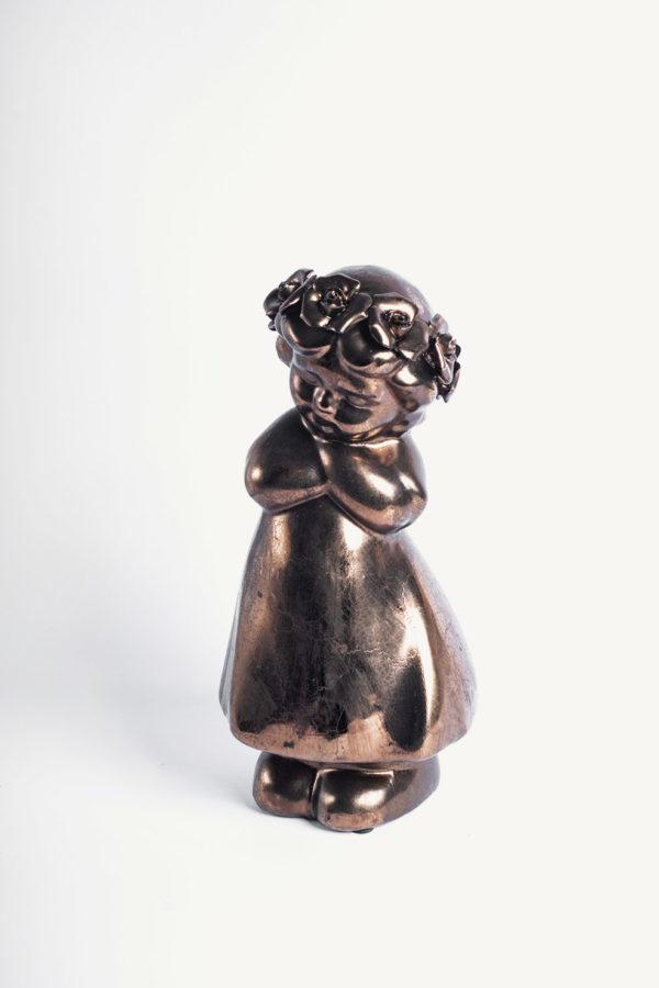 Statuetta bimba in piedi con tunica e coroncina