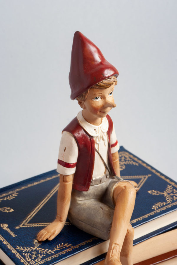 Pinocchio il burattino seduto