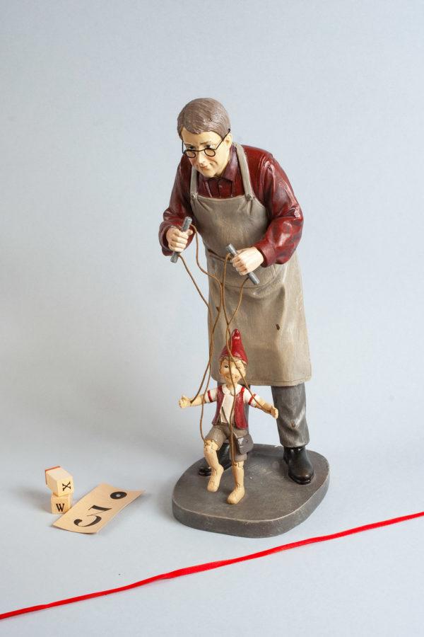 Riproduzione di Geppetto intento a muovere Pinocchio