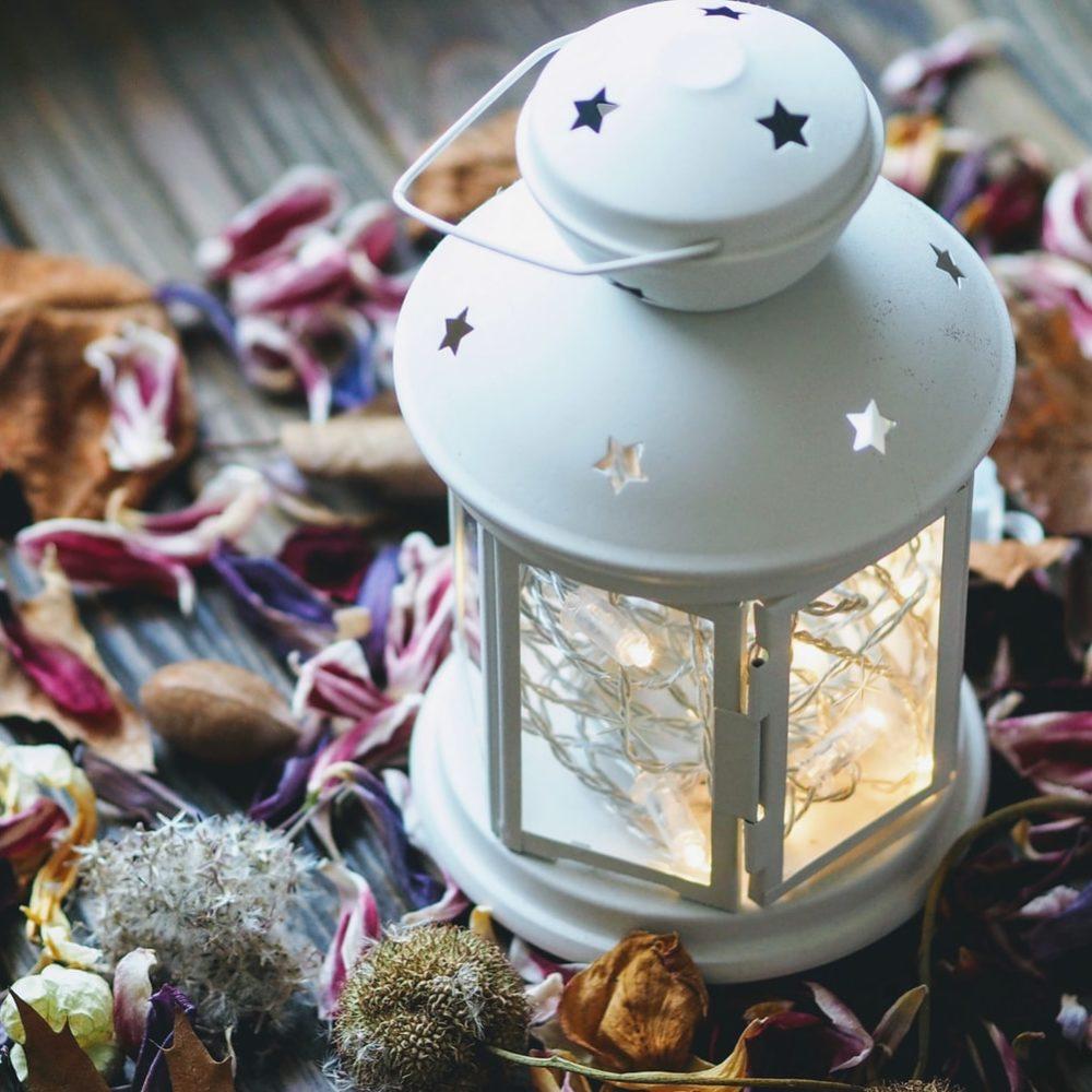 lanterne in ferro per illuminare la casa e decorarla per il natale