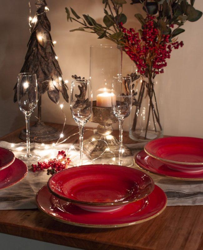 tavolo-con-patti-rossi-luci-di-natale-e-flute-e-candela-natlizia
