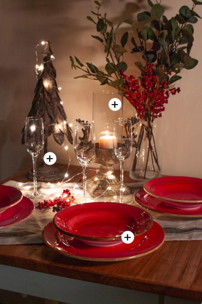 tavolo-con-patti-rossi-luci-di-natale-e-flute-e-candela-natlizia-plus